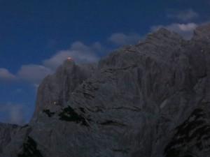 Sonnenwendfeuer auf den Gipfeln von Predigtstuhl und Fleischbank
