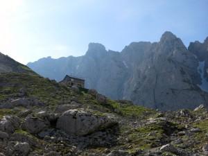 Die Fritz-Pflaum-Hütte, dahinte Ackerlspitze und Hochgrubachspitzen