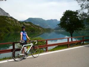 Stolze Radlerin vor Lago Cavedine
