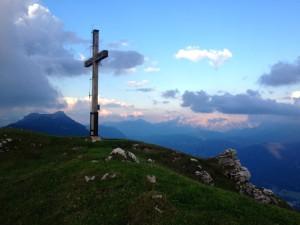 Gipfelkreuz - dahinter Kramerspitze und Karwendel