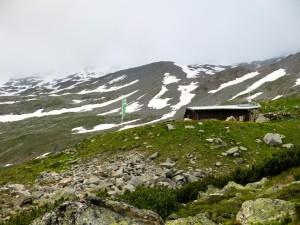 Die Gießener Hütte, dahinter grau