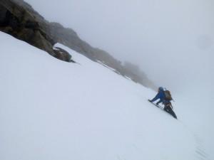 Durch schlechten Schnee geht es hinauf zum Klettersteig