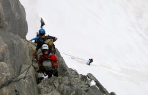 Der Erste seilt auf den Gletscher ab