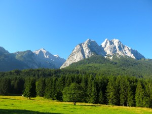 Morgendlicher Blick auf Alpspitze und Waxensteinkamm