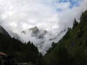 Das Stockhorn schält sich aus den Wolken