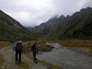Bei noch trübem Wetter starten wir ins Längental