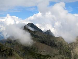 Der Acherkogel schaut aus den Wolken hervor