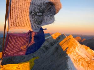 Der Schatten der Birkkarspitze reicht noch weit in die Ferne