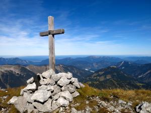 Am Gipfel der Vogelkarspitze mit Blick über die Voralpen