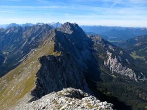 Gratforsetzung von der Hinteren Schlichtenkarspitze zum Bäralplkopf; dahinter Raffelspitze und Co.