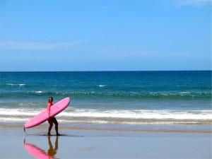 Surfende Strandschönheit