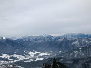 Ausblick nach Südosten. Im Hintergrund zentral der Guffert, links Blauberge, rechts Unnütze.