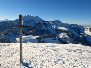 Am Gipfelkreuz der Brünnsteinschanze
