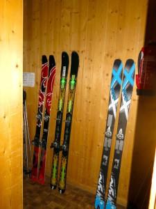 Die Ski warten auf ihren nächsten Einsatz.