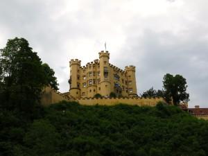 Schloss Hohenschwangau thront direkt über dem Parkplatz.