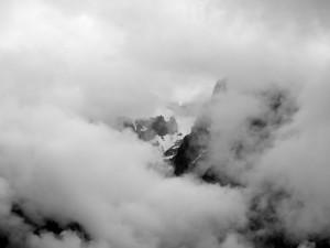 Die Berge auf der anderen Tagseite stecken noch in Wolken.