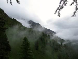 Die Wolken hängen noch in den Bergflanken.