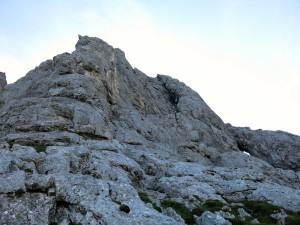 Die erste Seillänge zieht schräg nach rechts, die zweite dann gerade am Kamin nach oben.