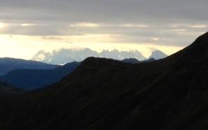 Durch eine Wolkenlücke zeigen sich kurz die Dolomiten.