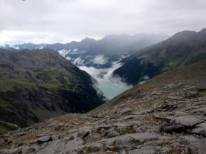 Unter dem Nebelschleier liegt der Neves-Stausee.