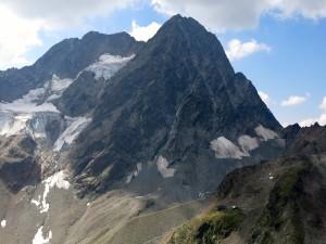 Mächtig erhebt sich die Wazespitze hinter der Kaunergrathütte.