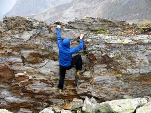 An der Pfeifholderspitze kann Boris einfach nicht die Finger vom Fels lassen.