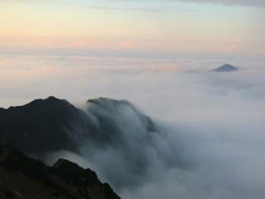 Die Wolken fließen über den Zwölferkopf.