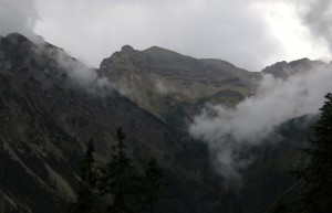 Die Soiernspitze zeigt sich durch die Wolken.