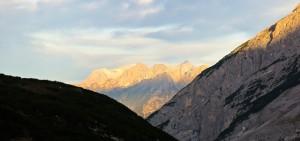 Die Wetterstein-Gipfel leuchten schon in der Morgensonne.