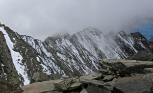 Am Gipfel geht der Blick zurück zum Kirchbachkreuz...