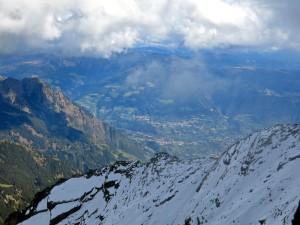 Die wolken heben sich und geben den Blick auf die Umgebung von Meran frei.