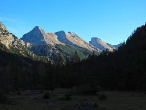 Gute Bekannte: Bärlaplkopf, Schlichtenkarspitzen und Vogelkarspitze; rechts davon die Östliche Karwendelspitze.