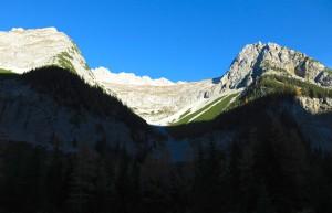 Hier geht es hinauf ins Großkar; rechts die Hochkarspitze.