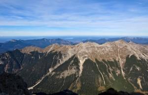 Über die Soiernspitze hinweg geht der Blick bis zum Starnberger See.