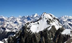 Der bizarre Cerro Kobe; dahinter Chimbote, Polleras und Sierra Bella; ganz im Hintergrund Aconcagua.