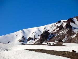 Aufstieg über Schnee und Geröll