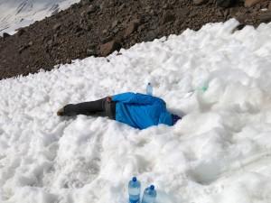 Wasserholen im Basislager: Erst im Loch Flasche vollaufen lassen...