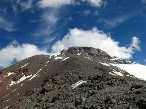 Am Grat schauen wir hinauf zum Gipfelaufbau des Tupungato.