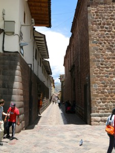 Gasse in Cusco - links Inka-, rechts koloniale Mauer