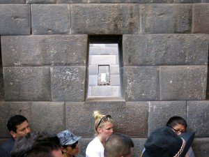 Touristen vor den alten Inkamauern von Coricancha