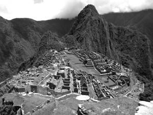 Noch einmal der Stadtkern von oben mit den Huayna Picchu im Hintergrund.