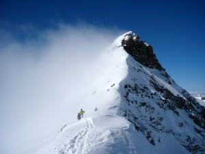 Zu Fuß ging es über den Grat zum Gipfel.