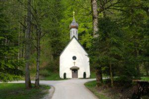 An dieser hübschen Kapelle ging es los.