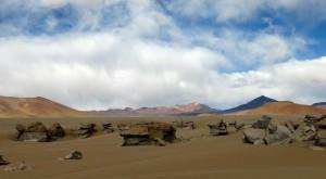 Windgeformte Felsen aus Vulkangestein prägen diesen Teil der Siloliwüste.