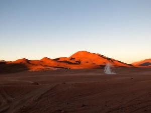 Ein einsamer Geysir am Rande des Geothermalgebietes