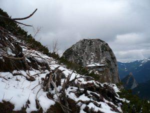 Im Anstieg zum Roßstein kommt die Tegernseer Hütte in Sicht; dahinter der Buchstein.