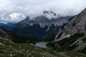 Blick zurück zum Seebensee - im Wetterstein hängen bereits Wolken.