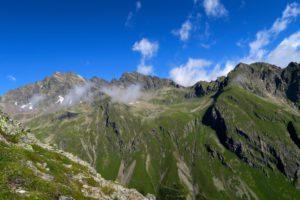 Schöne Aussicht auf die gegenüberliegenden Berge