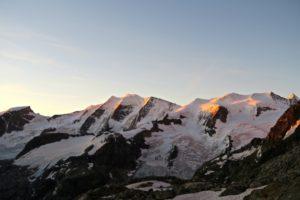 Das erste Sonnenlicht streift die Gipfel.
