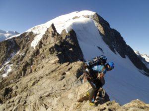 Prüfender Blick auf den Gletscher am Grat zum Piz Boval. Foto © Boris.
